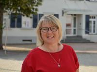 Verwaltungsmitarbeiterin Heike Kolb vor dem Rathaus