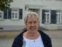 Amtsbotin Iris Sforza vor dem Rathaus