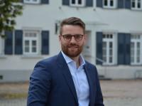 Bürgermeister Nathanael Schwarz vor dem Rathaus