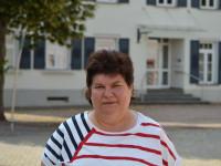 Reinigungskraft Helga Blumenschein vor dem Rathaus