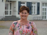Verwaltungsmitarbeiterin Manuela Schutzbach vor dem Rathaus