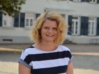 Verwaltungsmitarbeiterin Nicole Berchtold vor dem Rathaus
