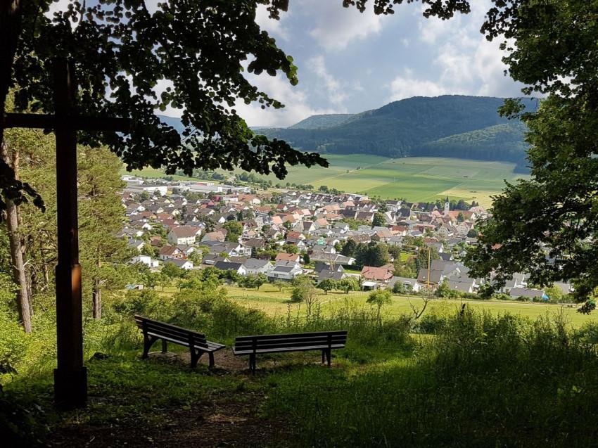 Blick auf Balgheim mit Bergkreuzle und Sitzbänken
