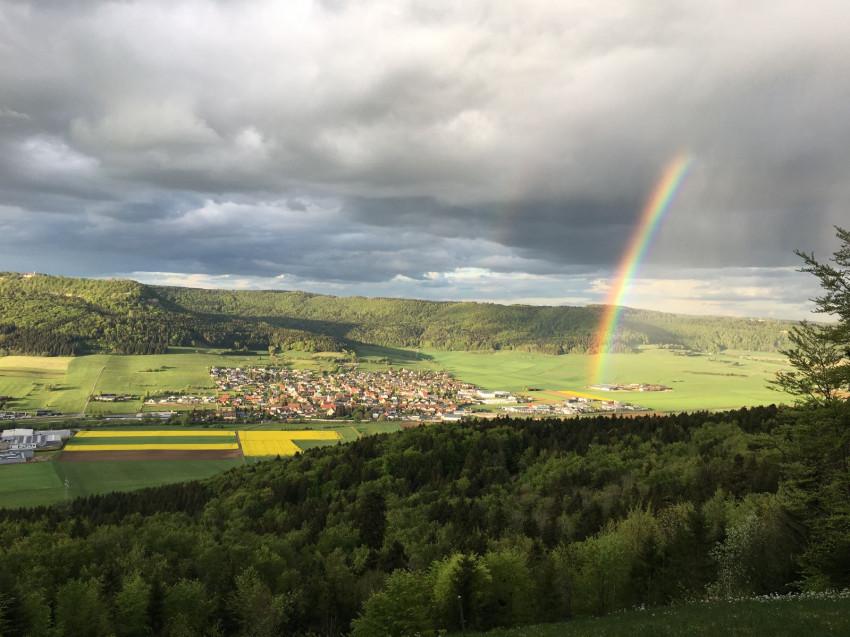 Blick auf Balgheim mit Gewitterwolken und Regenbogen