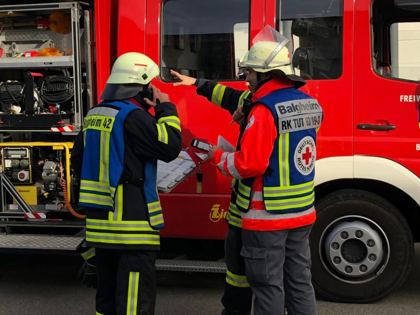 DRK und Feuerwehr bei einer Übungsbesprechung
